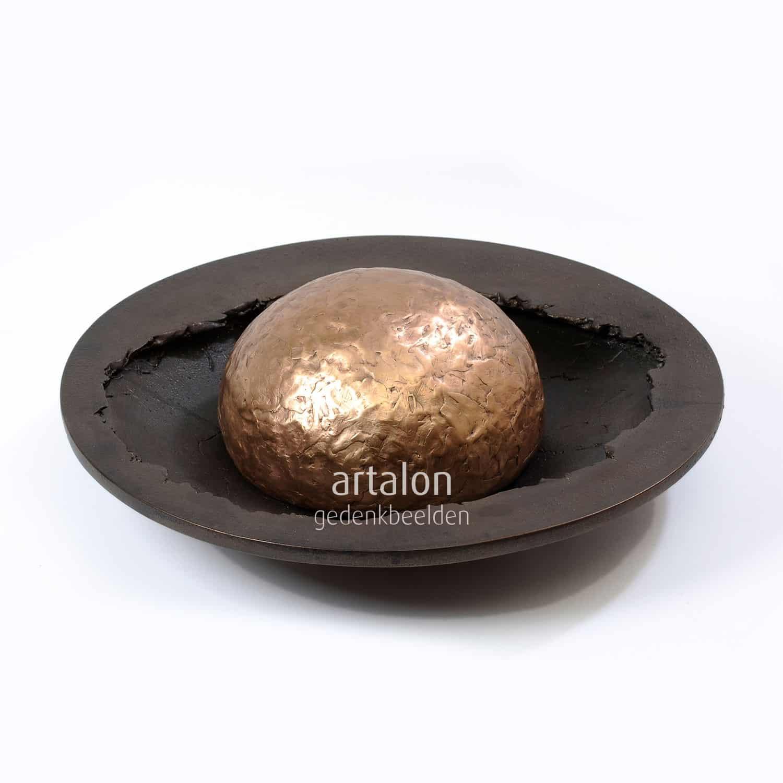 Gouden bol in schaal